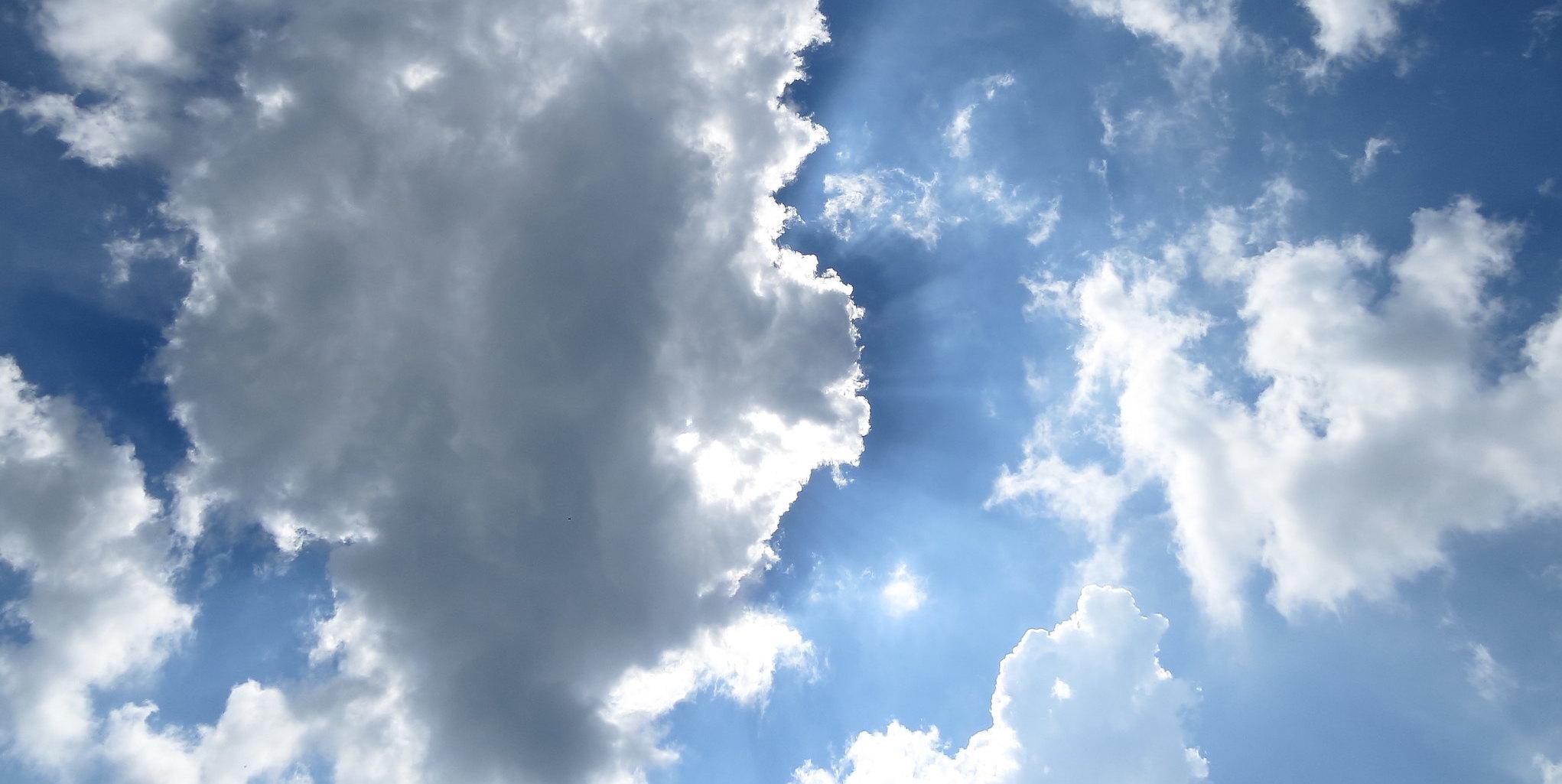 strahlender himmel mit kumulus wolken